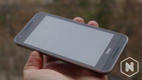 Framsiden av telefonen viser tydelig stereohøyttalerne.