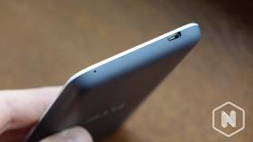 Det er en smal plaststripe mot skjermen av telefonen.