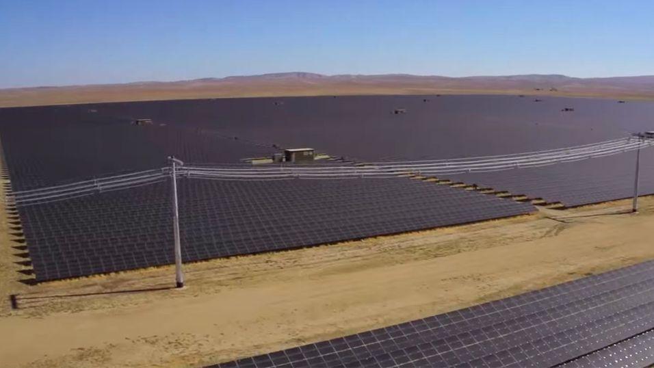Se en av verdens største solcellefarmer bli skapt
