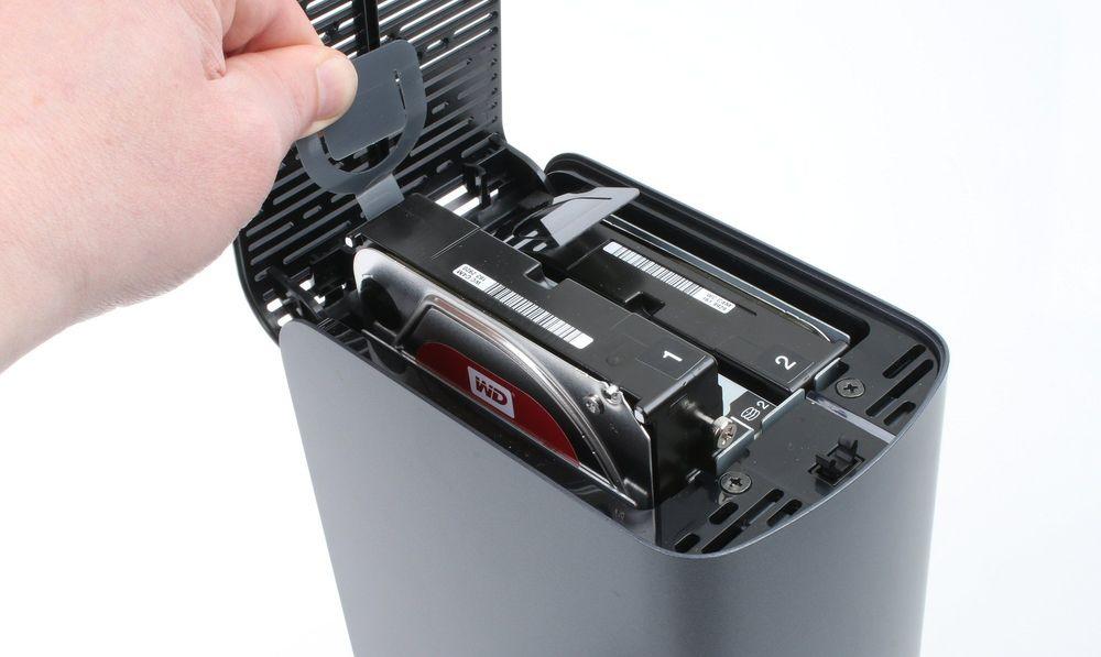Toppen på NAS-en kan vippes opp, og gjør det enkelt å komme til harddiskene.