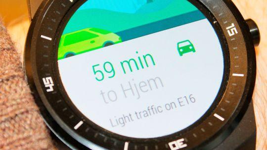 Klokken kan hoste opp informasjon den mener du har bruk for. Som reisetid fra jobb til hjem.