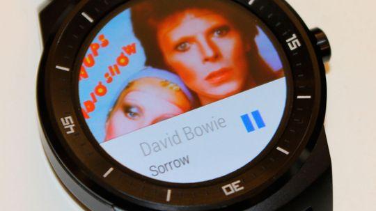 Slik ser det ut når vi bruker klokken som kontroll for Spotify på mobilen. Når vi spiller direkte fra klokken vises ingen albumgrafikk.
