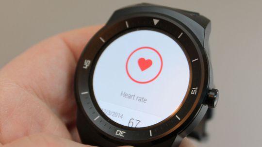 Klokken kan ta pulsen din ved hjelp av en sensor på undersiden av urkassen.