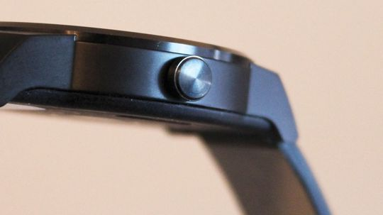 Ett trykk tenner skjermen, Et kort og et lang trykk åpner instillingsmenyen.
