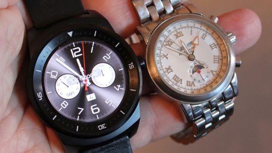 G Watch R til venstre, likner til forveksling på en vanlig klokke. Men videre smekker er den ikke.