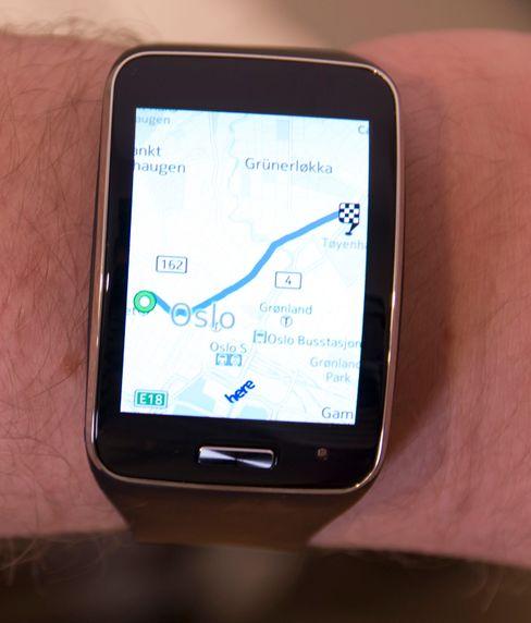 Klokken tilbyr full navigasjon med Nokias Here-tjenester.