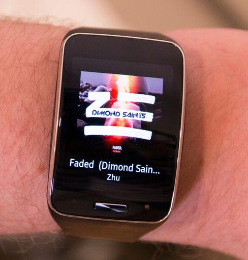 Gear S har naturligvis musikkstyring. Til vanlig viser den hva du spiller, men ett ekstra tapp gir deg styringsmuligheter.