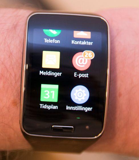 App-menyen på Gear S ser ut som et lite utsnitt at Samsungs vanlige Touch Wiz-menyer.