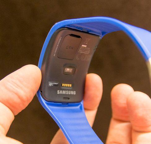 På undersiden av klokka har den pulsmåler og luke for SIM-kort.