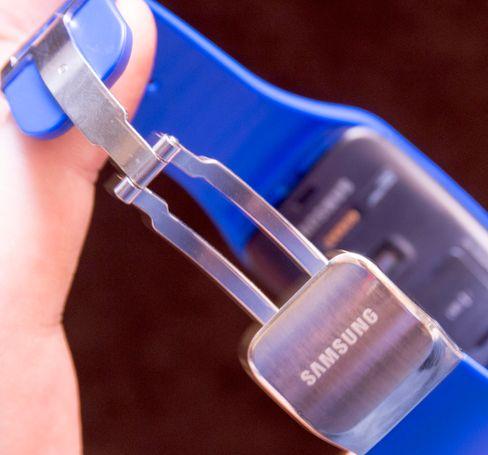 Samsungs egne reimer kommer med en klassisk klemme.