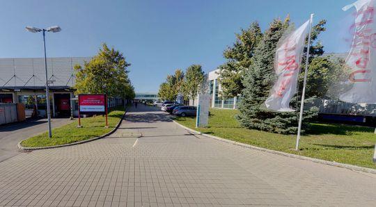 Rett frem til venstre ligger bygningen som lager hovedkort.