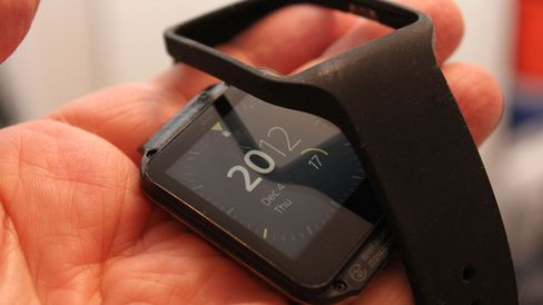 Klokkeremmen er en kjip spesielt tilpasset gummistrapp med med metallspenne. Den er lett å skifte. .