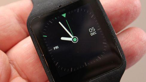 Dette er standard analog tidvisning. Friskere klokkeskiver kan lastes ned fra Google Play.