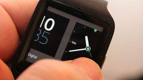 Trykk og hold på klokkeskjermen, og du får tilgang til flere skjermoppsett du kan velge mellom.