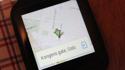 Søk etter et sted, og det vises et kart på klokka. Herfra kan du åpne for navigasjon på mobilen med piler som viser kjøreinstruksjoner på klokkeskjermen.