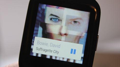 Musikkspilleren på telefonen kan styres med klokken. Da vises albumgrafikken på håndleddet ditt. Dn vises ikke når du spiller direkte fra klokka til Bluetooth-høyttaler eller -hodesett.