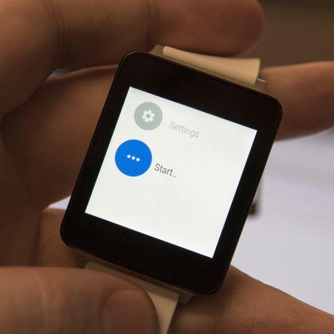 Det er fryktelig enkelt å finne app-menyen på G Watch. Først tapper du en gang på klokka for å vekke den, deretter tapper du på urskiven før du må sveipe langt og lenge. Helt nederst finner du det du leter etter, og er klar etter kun ett lite trykk.