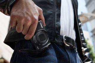 Et bilde fra Canons pressesenter som bekrefter at lommevennlighet har vært en viktig designfaktor.