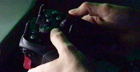 Laseren styres med noe som ligner på en spillkontroller.