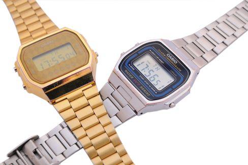 De tidligste LCD-skjermene havnet i klokker og kalkulatorer, ofte med Casio-logo på. TN-skjermene som selges i dag fungerer på samme måte, men har betydelig større tetthet.