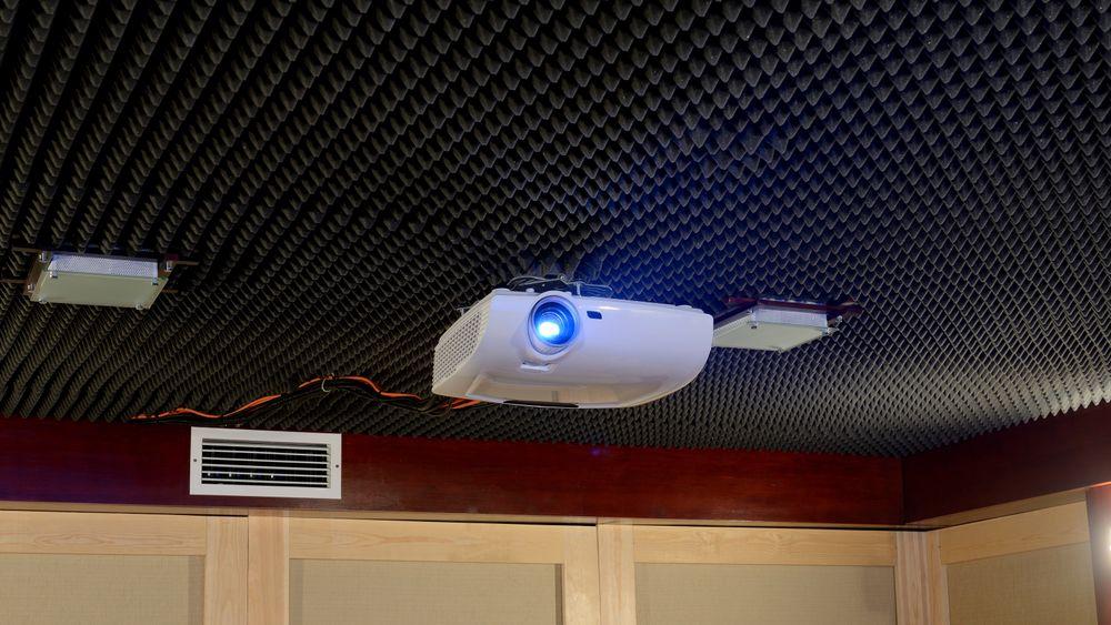 Her er det brukt fullt opp med absorpsjon i taket