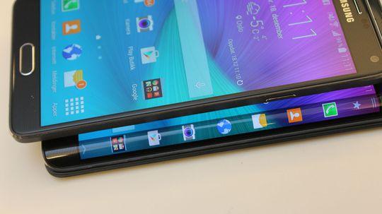 Sidepanelet er den viktigste forskjellen mellom Note 4 og Note Edge (underst). Note 4 har litt høyere skjerm, mens Note Edge er 3-4 millimeter bredere enn Note 4.