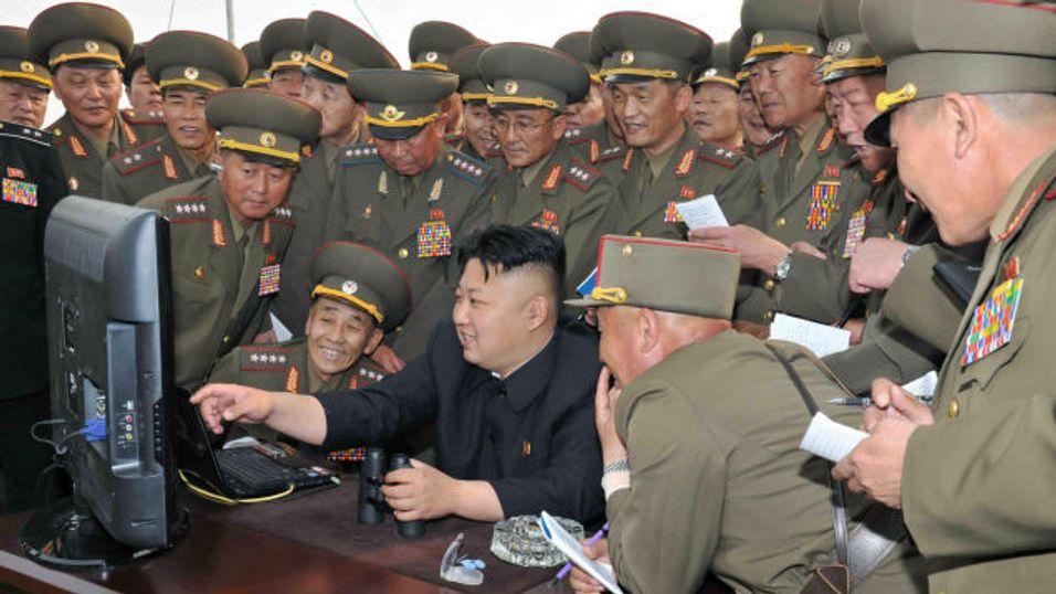 Et bilde sluppet av den Nord-Koreanske staten, med statslederen Kim Jong-Un i midten.