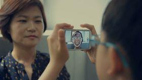 Gjennom å se på ansikter via mobilskjermen skal autistiske barn bli mer komfortable i sosiale situasjoner mens de vokser opp.