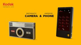 Baksiden ser ut som et Instamatic-kamera, mens forsiden ser ut som en, vel, noe uvanlig telefon.