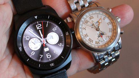 LG G Watch R har skjermpanel med P-OLED-teknologi. Dette er paneler som kan bøyes, men vi har ikke sett noe til bøyelige telefoner etter LGs G Flex. Til neste år har derimot både LG og Samsung lovet telefoner vi kan bøye.
