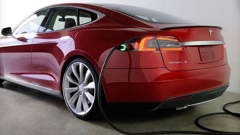 Teslas nye ladekabel blir en automatisk «metall-slange»
