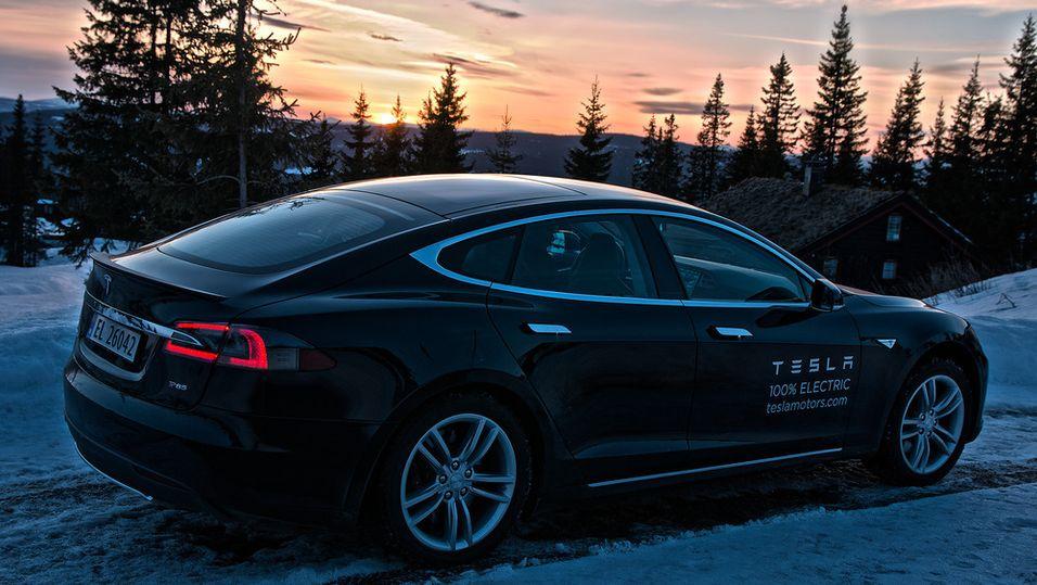 I fremtiden vil Tesla-bilene kunne lade seg selv