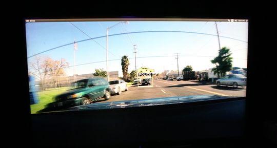 En politibil bak bilen skal lett plukkes opp.