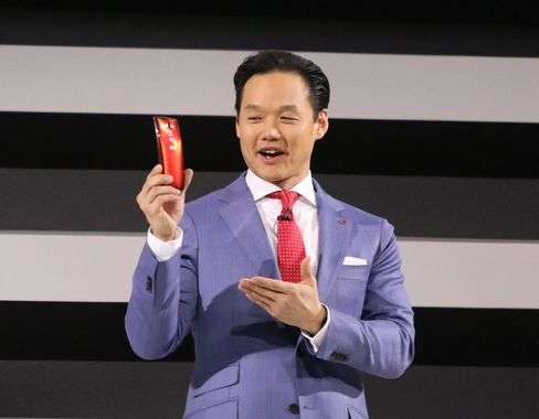 Sjef for mobilkommunikasjon hos LG, Frank Lee, viser frem G Flex 2 for første gang.