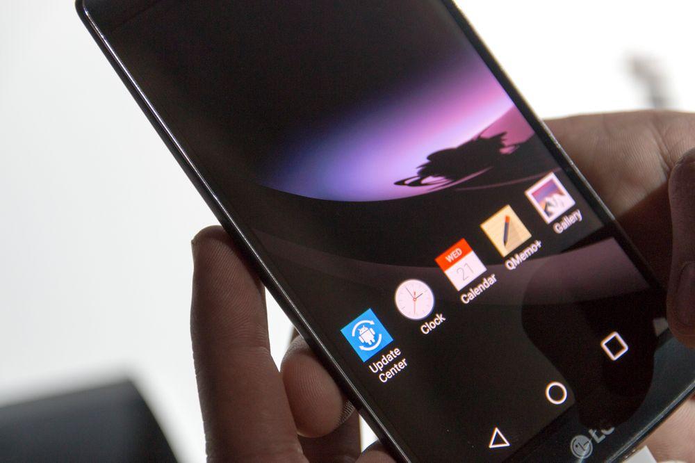 OLED-skjermen viser frem en av sine beste egenskaper. Svart er nemlig helt svart, og det er ikke mulig å skille skjermpanelet fra rammen i de områdene lyset skrudd av.