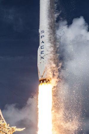 Falcon 9-raketten under oppskytning. På siden kan du se landingsbenene som felles ut når raketten går inn for landing.