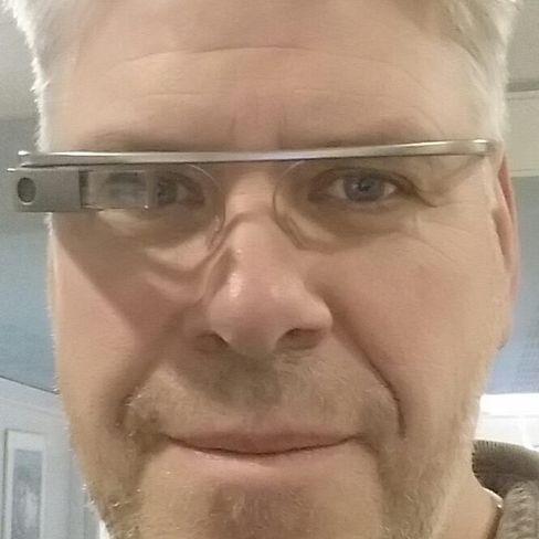 Kollega Espen Swang tester ut Google Glass ved en tidligere anledning.