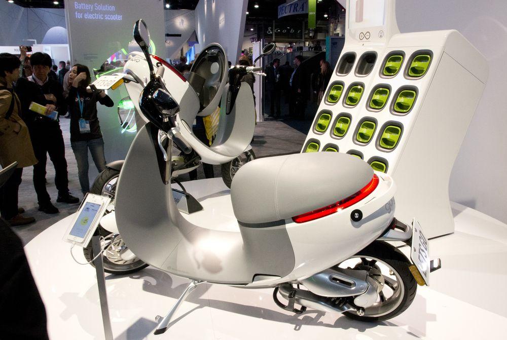 Gogoro-scooteren med batteribanken i bakkant.