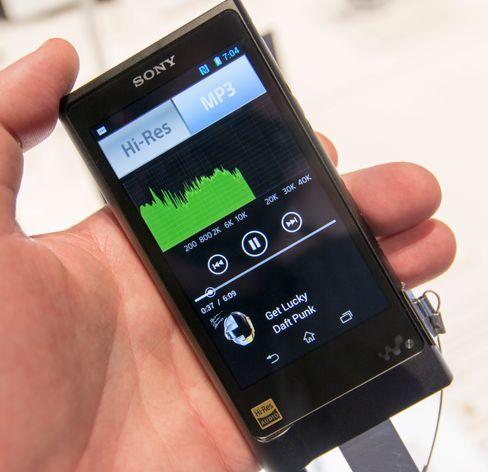 Spilleren var satt opp for hurtig veksling mellom MP3 og høyoppløst lyd. Visualiseringen viser at lyden kuttes lenge før 20 000 Hz, og slik hørtes det sannelig ut også. MP3 kan prestere vesentlig bedre enn dette. Vi aner fugler i mosen.