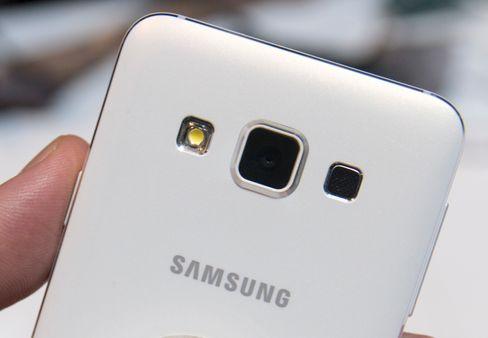 Galaxy A-serien kommer i flere fager. Sort, hvitt, gull og sølv var utstilt på Samsungs store område under CES-messen.