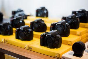 Ryktene vil ha det til at det i første omgang er speilrefleksene til Nikon som blir en del av kampanjen.