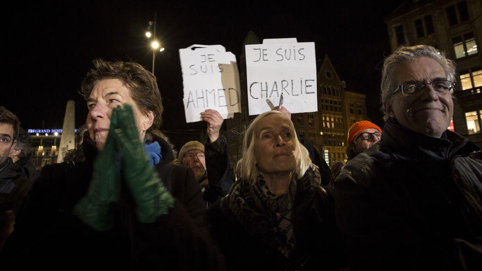 Etter terroraksjonen mot Charlie Hebdon dukket frasen «Je suis Charlie» (Jeg er Charlie) opp på plakater og forsiden verden over. Her fra en demonstrasjon i Amsterdam.