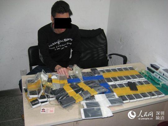 Her ser du hele fangsten - 94 stjålne iPhoner i ulike størrelser.