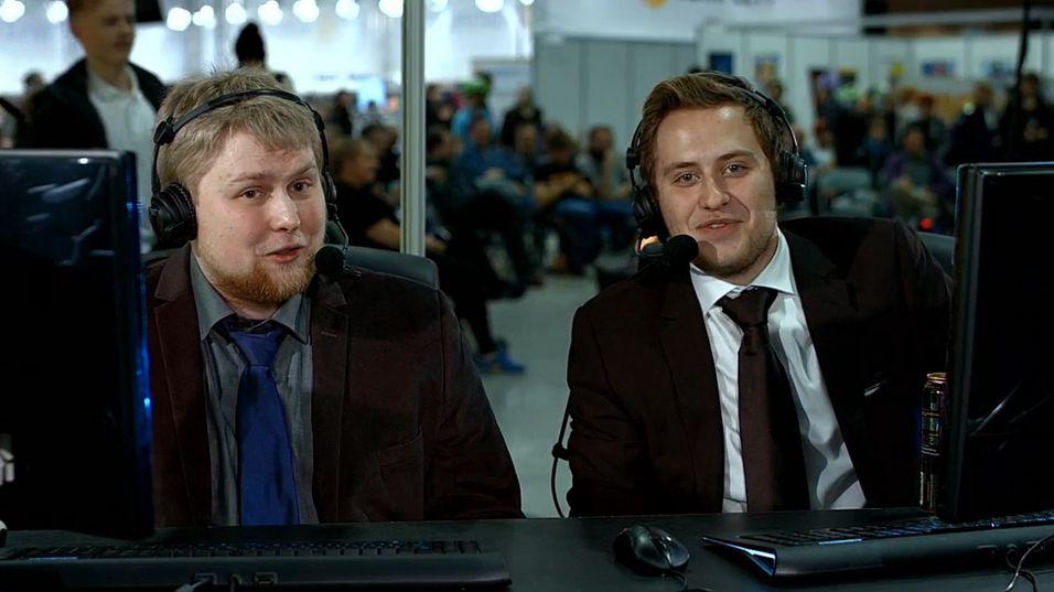 Fabian Sluz (t.v.) og Mats Engelien kommenterte finalen i vår StarCraft-liga på SpillExpo i fjor høst. De kommer også på seminaret.