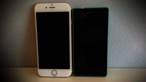 Apple iPhone 6 har en 4,7-tommers skjerm. Sony Xperia Z3 Compact har en 4,6-tommers skjerm. Den første er likevel vesentlig større enn den andre.