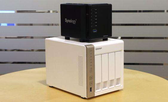 Synology DS414slim oppå en konvensjonell 4-brønns NAS fra Qnap.