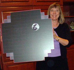 LSSTs Suzanna Jacoby viser frem en modell av «bildebrikken» som gir totalt 3 gigapiksler per bilde. Bildet av månen er plassert der som en illustrasjon.
