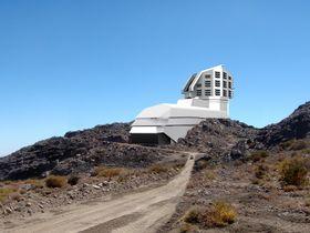 Illustrasjonen viser hvordan LSST-teleskopet vil se ut på toppen av Cerro Pachón-fjellet.