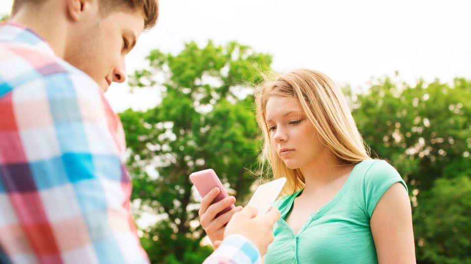Å sitte på mobilen kan gjøre deg usosial selv om du sitter rett foran en person.