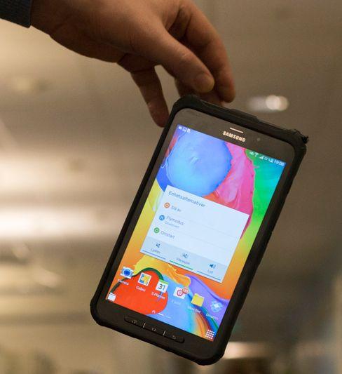 Pakket inn i et tykt gummideksel skal Galaxy Tab Active tåle fall fra 1,2 meter - men bare dersom det møter en helt plan overflate.